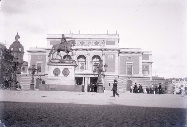 """Enligt text som medföljde bilden: """"Stockholm. Kungl. Operan o. Gustaf Adolfs staty. 2/9 1900."""""""