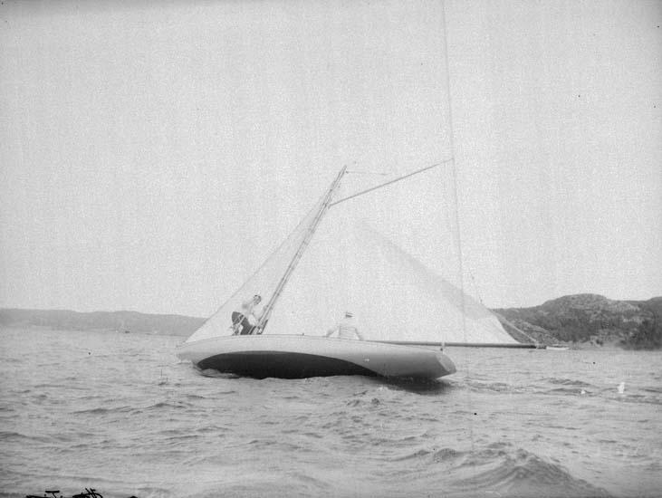 """Enligt text som medföljde bilden: """"Gustafsberg kappsegling """"Bylgia"""" 30/7 1899""""."""
