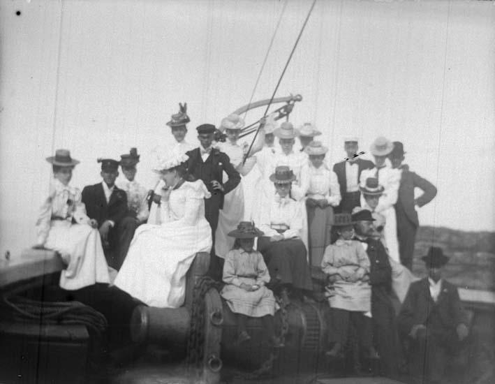 """Enligt text som medföljde bilden: """"Ångaren Slätteskär. Sällskapet på Backen 16/7 1899."""""""