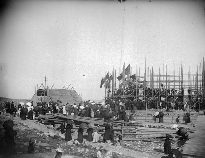 """Enligt text som medföljde bilden: """"Lysekil. Festligheterna vid inläggande af dokument i den nya kyrkan. 18/7 1899""""."""