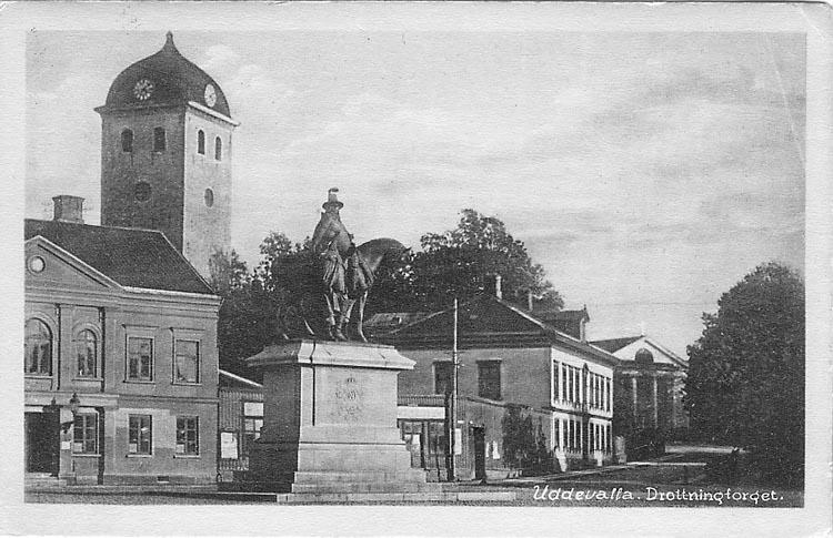 """Tryckt text på vykortets framsida: """"Uddevalla, Drottningtorget""""."""