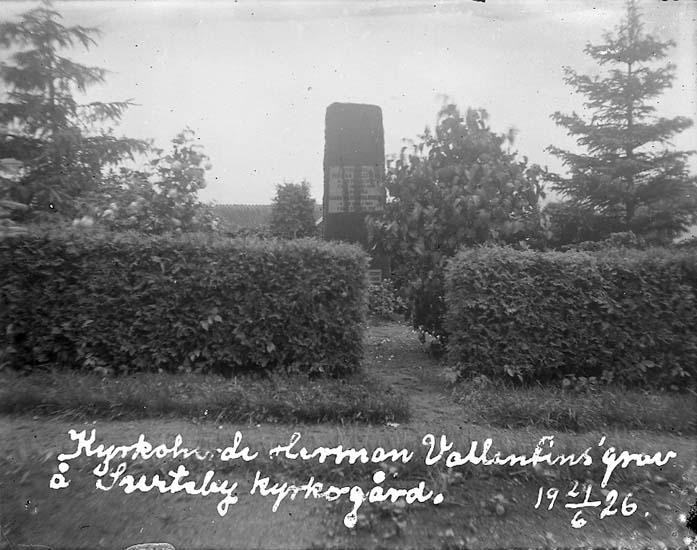 """Enligt text på fotot: """"Kyrkoherde Herman Vallentins grav å Surteby kyrkogård. 21/6 1926""""."""