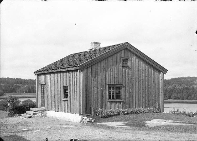 """Enligt fotografens noteringar: """"1934 16. Pontusvikners Stugan vid Kikeröd Barndomshemmet."""""""