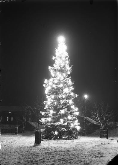 """Enligt fotografens noteringar: """"Julgran Granen i Munkedal 1930."""""""