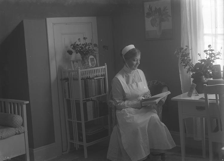 """Enligt fotografens noteringar: """"Syster Ebba. Sjuksköterska i Munkedal hos Munkedals AB."""""""