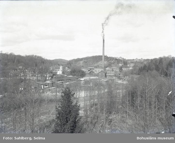 """Munkedals fabrik på se...(?) tid.""  ""Fotot taget från Hede. Till höger i bakgrunden en flik av Stale."""