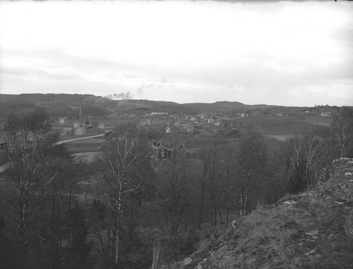 """Enligt medföljande noteringar: """"Fabrikssamhälle omkring 1930.""""  Uppgifter från HBF: """"I bakgrunden fabriksområdet, till höger Stale. Fotografen har stått på Hedeberget."""""""