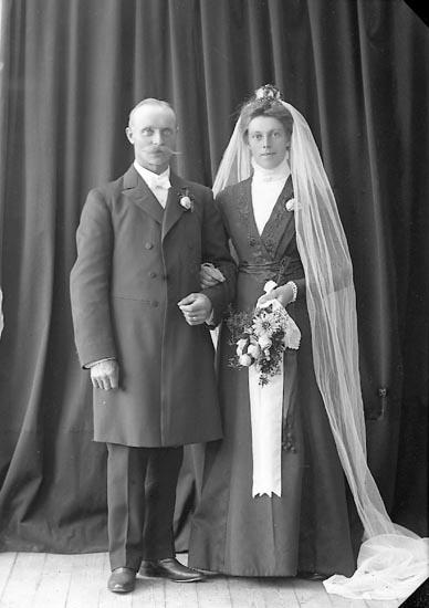 """Enligt fotografens journal nr 2 1909-1915: """"Flykt Herr, Här""""."""