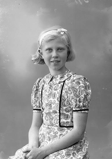 """Enligt fotografens journal nr 7 1944-1950: """"Davidsson, Gunnel Ucklum""""."""