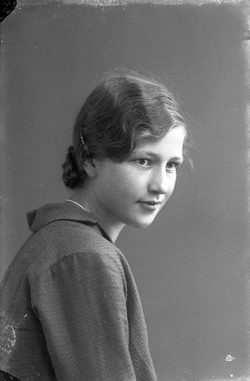 """Enligt fotografens journal nr 4 1918-1922: """"Larsson, Olga Vinningstorp Jörlanda""""."""