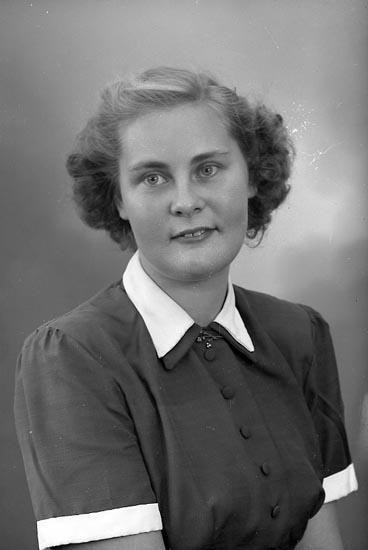 """Enligt fotografens journal nr 8 1951-1957: """"Hasselberg, Fr. Birgit Ödsmål""""."""