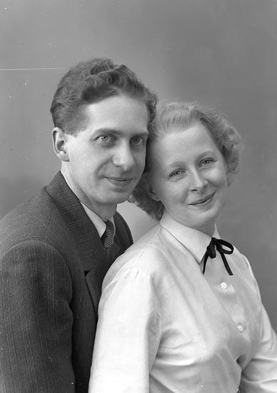 """Enligt fotografens journal nr 8 1951-1957: """"Friberg, Fru Elsa o Nils Gunnar Gjutaregatan 12 Stockholm""""."""
