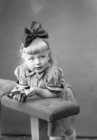 """Enligt fotografens journal nr 7 1944-1950: """"Gjöthlén, Barbro Här""""."""