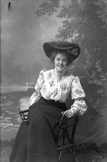 """Enligt fotografens journal nr 1 1904-1908: """"Björck, Ingegerd Torggatan 13, Borås""""."""