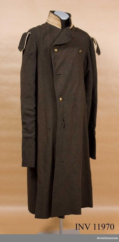 Grupp C I. Av brunt kläde med foder av gult boj. På insidan av kragen en sydd märkning i form av siffran fyra.
