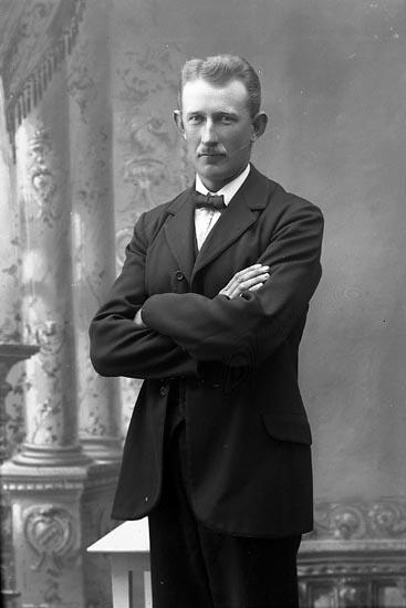 """Enligt fotografens journal Lyckorna 1909-1918: """"Nilsson, Herr Ivar Lyckorna""""."""