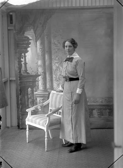 """Enligt fotografens journal Lyckorna 1909-1918: """"Kraft, Fr. Ellen Breidablick, Lyckorna""""."""