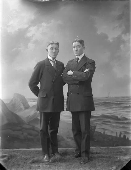 """Enligt fotografens journal nr 2 1909-1915: """"Karlsson, Olof Här""""."""