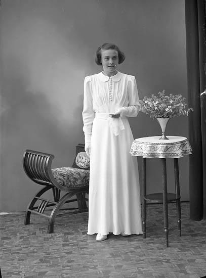 """Enligt fotografens journal nr 6 1930-1943: """"Olsson, Eivor Smederöd, Stenungsund""""."""