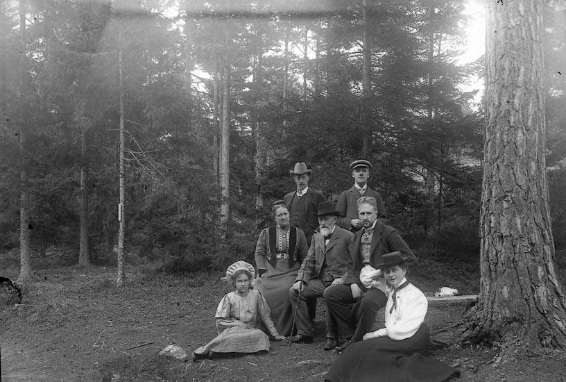 """Enligt fotografens journal nr 1 1904-1908: """"Lundstedt, Familjen Ön""""."""