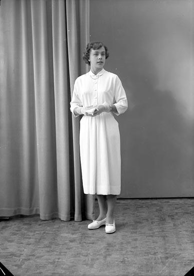 """Enligt fotografens journal nr 8 1951-1957: """"Bäckman, Inga-Lill Hallerna Stenungsund""""."""
