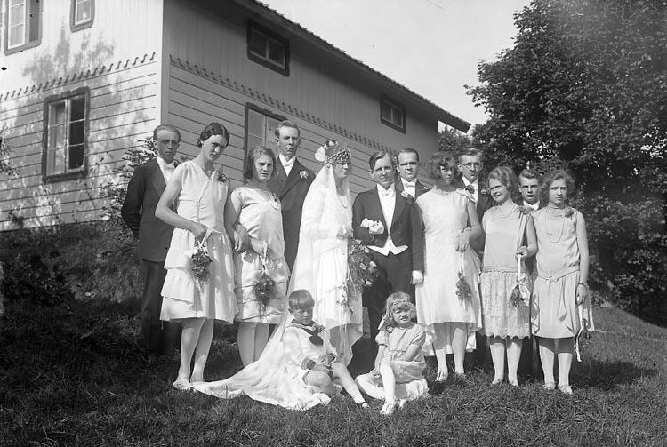 """Enligt fotografens journal nr 5 1923-1929: """"Fredrikssonska bröllopet. Hålkekärr""""."""