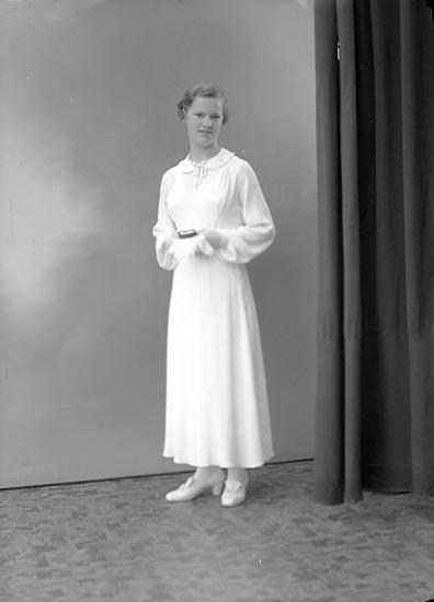 """Enligt fotografens journal nr 6 1930-1943: """"Johansson, Brita S. Houg, Stenungsund""""."""