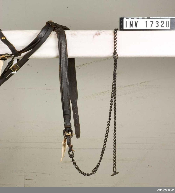 Grupp K I. Ingår i - från 1837-1856 till 1867-1880 fastställda persedlar -  fullständig sadelmundering för officershäst vid artilleri. Hela betslet utgöres av stångbetsel m/1837, bridong m/1844 och  grimma m/1837. Grimman har dubbelsydd halsrem, b:35 mm, som spännes med sin  fyrkantiga sölja mitt under hästens hals. Bredvid söljan finns  en fastsydd järnring för grimskaftet. Remmen har ovantill en  knapp på trekantig fot och ett knappläder. Grimskaftet är av  järn, l:1300 cm, med en klaffkrok för att fästa grimskaftet i  ringen på halsremmen.Gåva enl. Generalfälttygmästarämbetets skr. 6 och 17 sep 1877  och 28 okt 1878, nr 676.