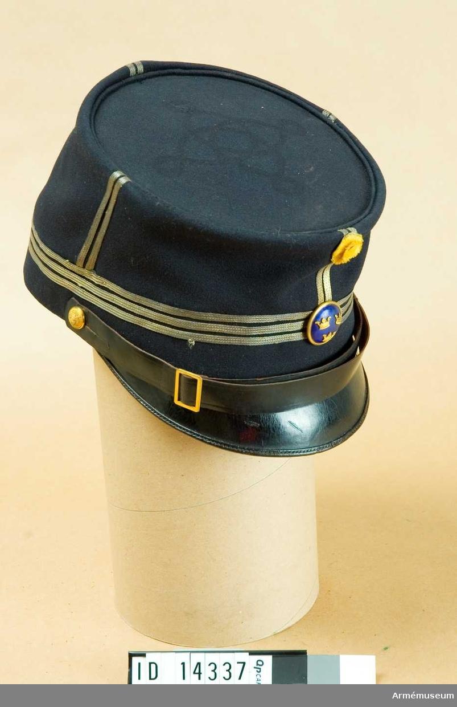 Grupp C. Ur uniform för kapten kvarstående i armén. En vit ylleremsa insatt i mössan.