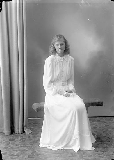 """Enligt fotografens journal nr 7 1944-1950: """"Kansling, Fr. Lillemor Stenungsund""""."""