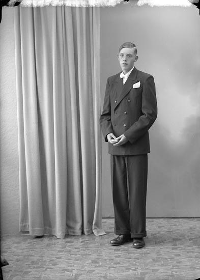 """Enligt fotografens journal nr 7 1944-1950: """"Berntsson, Bertil Skår, St. Höga""""."""