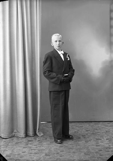 """Enligt fotografens journal nr 7 1944-1950: """"Svensson, Karl-Erik Grinnerås Här""""."""