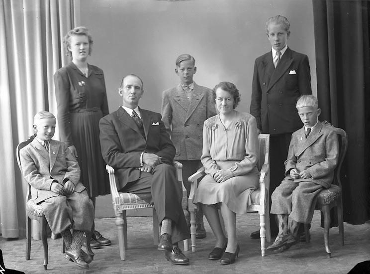 "Enligt fotografens journal nr 7 1944-1950: ""Karlsson, Herr Knut Gåre St. Höga""."