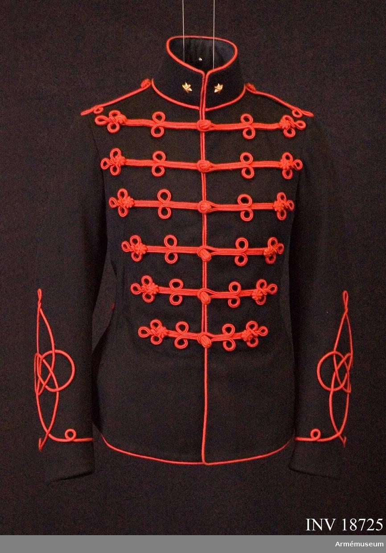 """Grupp C I. För löjtnant vid 3. husarreg:t, Röda kavalleriet, Holland. Av mörkblått blått (svart) kläde, enradig, med 6 knappar av trä, överklädda med silkesbroderi. Tvärs över bröstet 6 rader röda snören som  avslutas vid ändarna med runda knappar och 2 öglor. Röda snören längs rockens framkanter och nederkant samt på ryggsidan två fält av öglor av samma röda snören. Axelklaffar i form av  tränsar med två öglor av röda snören. Foder av svart sidentyg. Vid kragen finns en firmaetikett: """"Ch. Gabiat. Witte  Vrouvenstraat 1. Utreght"""". Knappar, alla av trä, överklädda  med silkesbroderi. 6 höga stående. 12 (6 i rad) runda, alla på bröstet och 2 runda på ryggen. Krage av samma mörkblå kläde, upprättstående, med raka vinklar och med röda snören  på kragens övre och nedre kanter. På kragens både sidor  sex-uddiga stjärnor av gulmetall, löjtnantgrad. Ärmuppslag  Ärmuppslag har fält av röda snören i form av ungerska husarknuten, l:280 mm. LITT  Handbuch der Uniformkunde. Prof. R Knötel, Hamburg 1937. Sida 253: År 1867 infördes för kavalleriregemente husaruniform som består av svartblå attila och byxor: för 1., 2. och 4. reg:a ljusblå, senare mörkblå snören. För 3. reg:t röda snören på bröstet. Arméen Album II. Die Niederländische Armée. J Homann. Leipzig. Verlag M Ruhl Sida 14-15: Attilae vid 3:e Husarregementet är av mörktblått kläde med röda snören. Officerarna har likadan attila som meniga, endast knapparna är olika; för officer är knappar av trä med rött silkesbroderi. Bilaga. sid 5: Officer Husarregementet i paraduniform.  Sida 23 """"Rangabzeichchen etc"""" - """"A. Subalternoffiziere"""", en stjärna på kragen - löjtnants grad. Beschrijving von de  uniformen von de Nederlandsche landmecht, E. von Gendt. Gravenhage 1880. sid 41 Hoofstuk IV Cavalerie. Attila fullständig beskrivning av attila. Sid 46 """"Offizieren""""  Attila infördes """"K.B. 21 Maart 1866. No 59"""" likadan attila för meniga. Enl kapten W Granberg 1954."""
