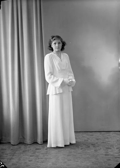 """Enligt fotografens journal nr 7 1944-1950: """"Börjesson, Greta Box 9, Svanesund""""."""