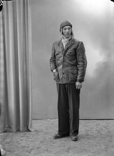 """Enligt fotografens journal nr 7 1944-1950: """"Larsson, Herr Axel Box 120 Spekeröd""""."""