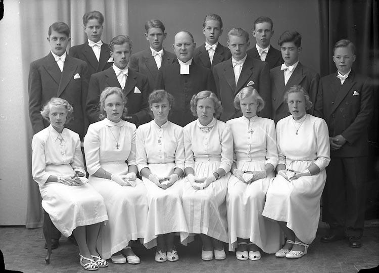 "Enligt fotografens journal nr 8 1951-1957: ""Konfirmanderna i Norum""."