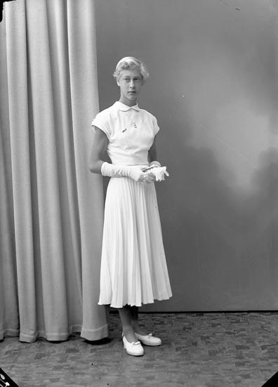 """Enligt fotografens journal nr 8 1951-1957: """"Norrby, Gerd Box 102 St. Höga""""."""