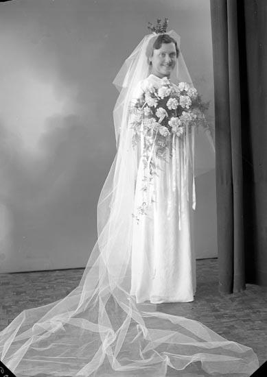 """Enligt fotograrens journal nr 6 1930-1943: """"Svensson-Ingemarsson Bruden Hammar Här""""."""