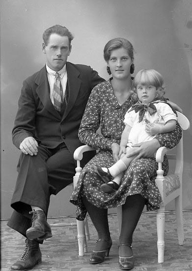 """Enligt fotografens journal nr 6 1930-1943: """"Jönsson, Karl Kopper Stenungsund""""."""