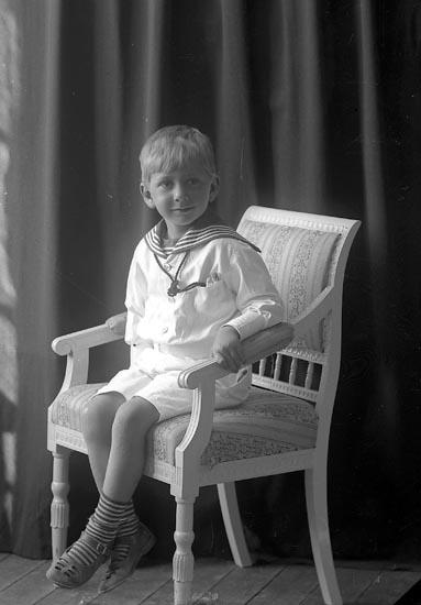 """Enligt fotografens journal nr 2 1909-1915: """"Lagerström, Gunnar Ödsmål""""."""