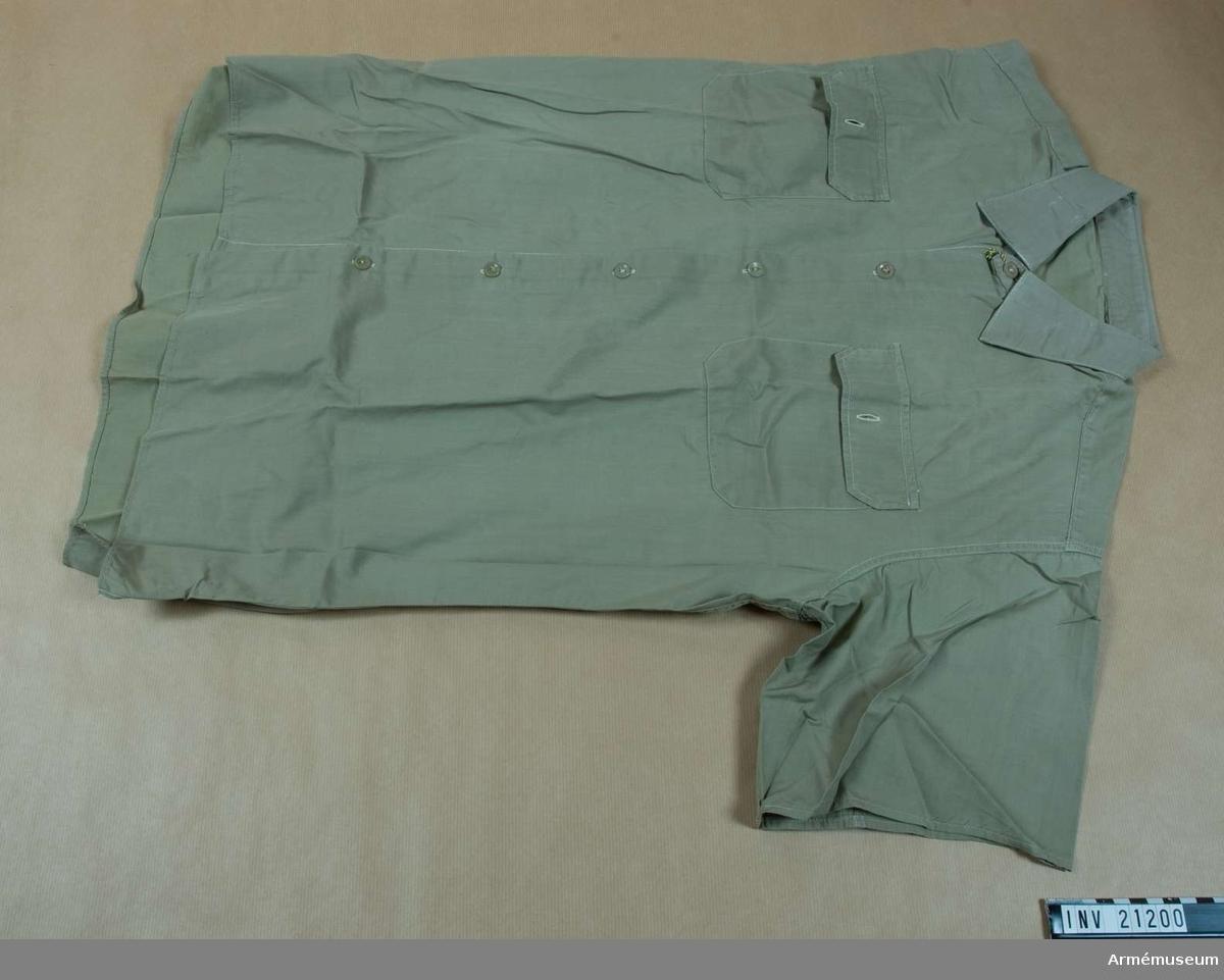 Grupp C I. Ur uniform för överste vid artilleriet i Polen. Består av vapenrock, långbyxor, skjorta, slips, mössa, strumpor, skor, regnrock m fodral, axelhylsor, kappa.