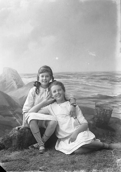 "Enligt fotografens journal nr 3 1916-1917: ""Ekman, Grosshandl. (flickorna) Ön""."