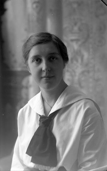 """Enligt fotografens journal Lyckorna 1909-1918: """"Nilsson, Katarina""""."""