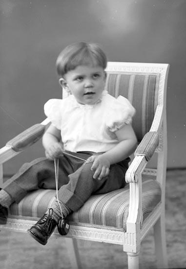 """Enligt fotografens journal nr 8 1951-1957: """"Fasth, Freddi Ödsmål""""."""