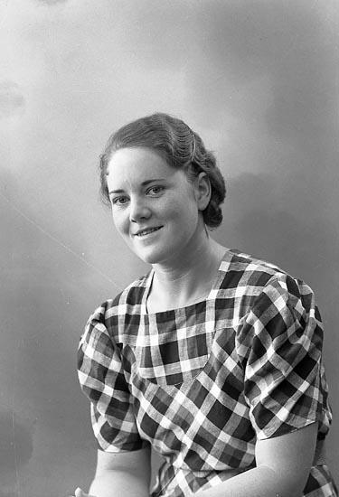"""Enligt fotografens journal nr 6 1930-1943: """"Andersson, Fr. Aina Ödsmål""""."""