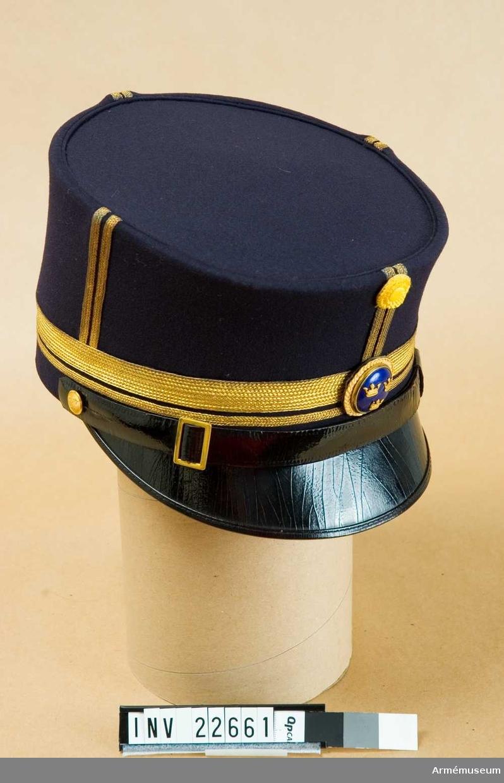 Grupp C I. Ur uniform för officer vid Livreg:s grenadjärer. Består av: vapenrock, axelklaffar, epåletter, långbyxor,  mössa, plym, skärp, kängor, sporrar.