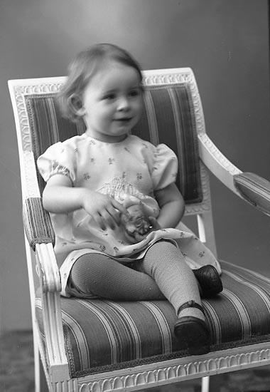"""Enligt fotografens journal nr 6 1930-1943: """"Hansson, Irene Skår, Svenshögen""""."""