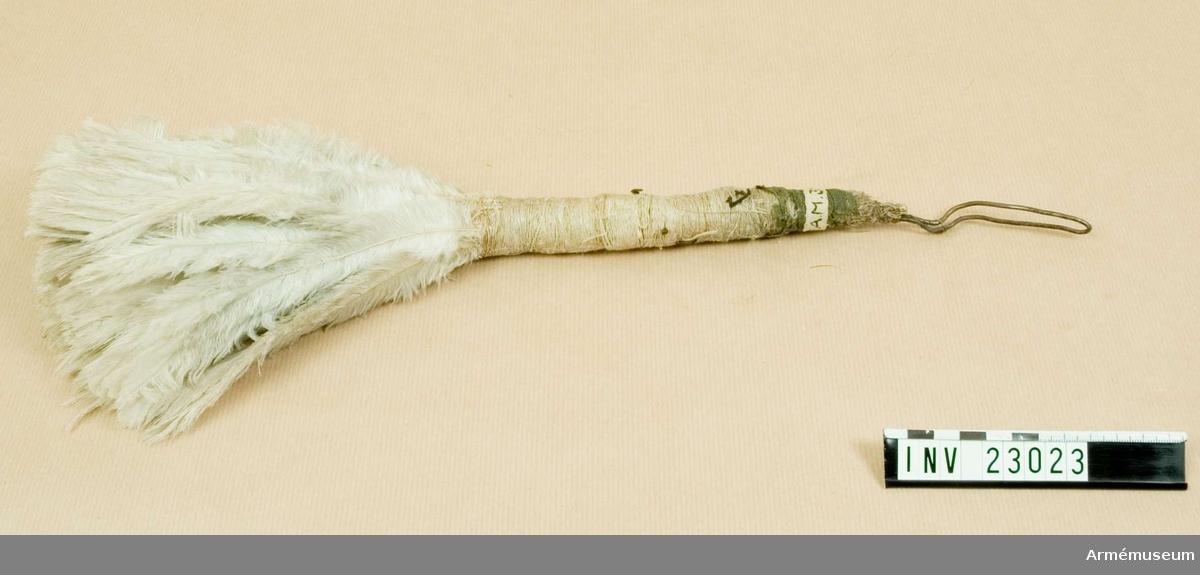 Grupp C I. Av vit fjäder. Till parad. Daterad 1816-1845.