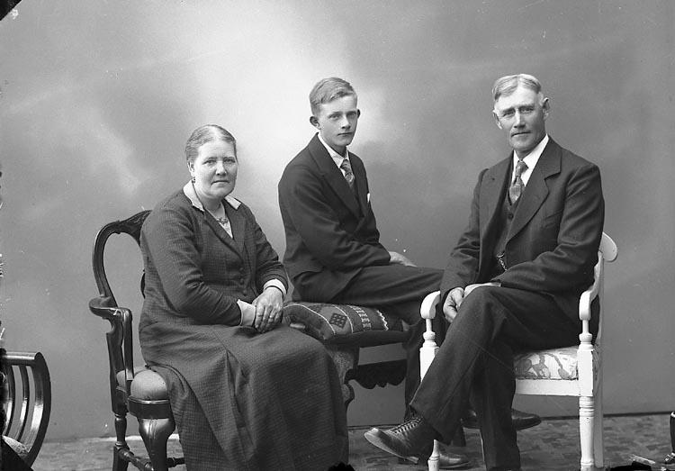 """Enligt fotografens journal nr 6 1930-1943: """"Eliasson, Herr Gustaf Adolf Vävra, Vävra""""."""